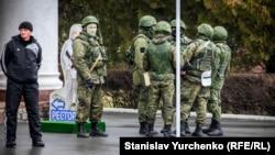 Вооруженные российские военные в аэропорту Симферополя. 28 февраля 2014 года.