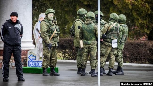 Симферополь (Қырым) әуежайында тұрған ресейлік қарулы жауынгерлер. 28 ақпан 2014 жыл.