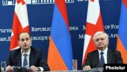 Armenia - Foreign Minister Edward Nalbandian (R) and his Georgian counterpart Mikheil Janelidze hold a news briefing in Yerevan, 11Apr2017.