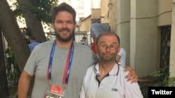 Дуглас Моретон (справа)