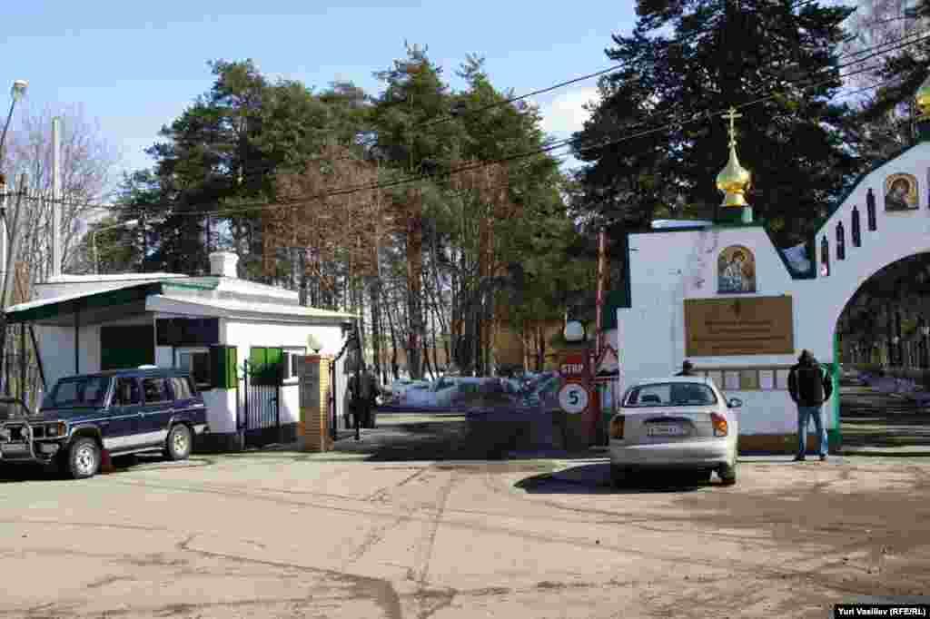 """Крестовоздвиженский монастырь и реабилитационный центр """"Детство"""" соседствуют непосредственно."""