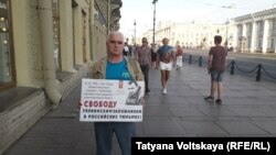 Sankt-Peterbugda keçken bir kişilk piket iştirakçisi