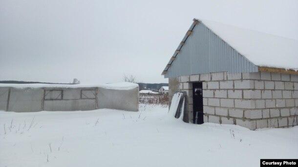 Савинов планировал расширять хозяйство и построил новый загон для скотины.