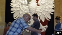 Пожилой избиратель опускает свой бюллетень в урну для голосования на избирательном участке в Варшаве во время президентских выборов. Иллюстративное фото.