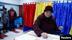 Під час голосування на виборах президента Румунії, Бухарест, 2 листопада 2014 року