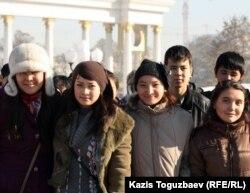 Первокурсники одного из алматинских колледжей. Алматы, 11 ноября 2011 года.