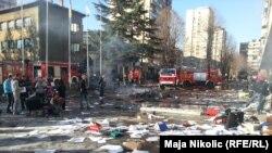 Ispred zgrade Tuzlanskog kantona nakon protesta 7. februar 2014.