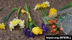 Цветы у памятника Тарасу Шевченко в 206-ю годовщину со дня его рождения, 9 марта 2020 года