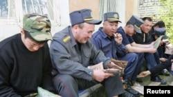 У киргизских милииционеров вот такой обеденный перерыв.