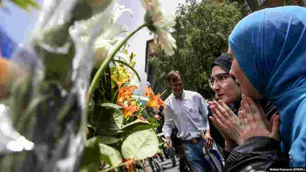 Qytetarët nderojnë viktimat e Srebrenicës.