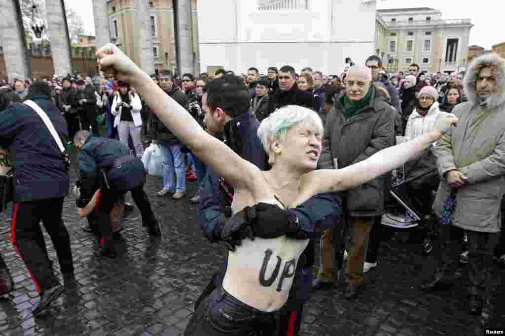 Задержание активистки движения Femen во время проповеди Папы Бенедикта XVI в Ватикане.Январь 2013 года.