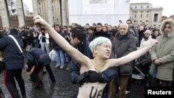 Поліція припиняє акцію Femen на площі Святого Петра в Ватикані, 13 січня 2013 року