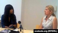 Лорин (солдо) түрмөдөгү беларус активисти Алес Беляцкийдин жубайы Наталья Пинчук менен жолугушууда, 13-июль, 2012