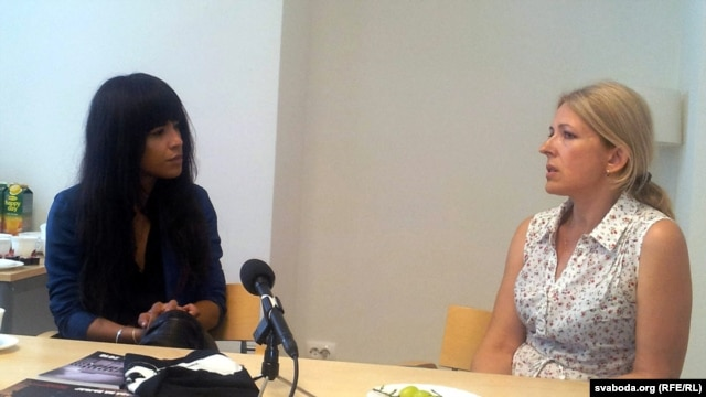 Loreen (left) meets with Natallya Pinchuk, the wife of imprisoned human rights defender Ales Byalyatski, in Minsk on July 13.