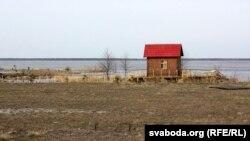 Будынкі каля возера