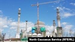 Строящаяся мечеть в Шали, архивное фото