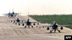 در تصویر جنگندههای اف ۱۶ بلژیکی و هلندی در پایگاهی در ایتالیا