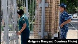 Фотография, сделанная швейцарским адвокатом Гульнары Каримовой у ворот женской колонии. 18 июля 2019 года.