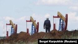 Установки на нефтяном месторождении в России.