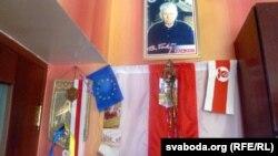 Партрэт Васіля Быкава і бел-чырвона-белы сьцяг у хаце Анатоля Сахарушы