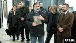На адкрыцьці выставы выступае мастак Фёдар Ястраб