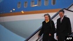 Госсекретарь США Хиллари Клинтон и бывший посол США в Китае Джон Хантсмэн