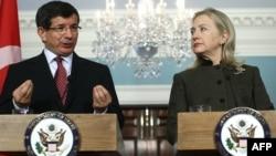 وزيرة الخارجية الأميركية هيلاري كلنتون ونظيرها التركي أحمد داودأوغلو يتحدثان في واشنطن