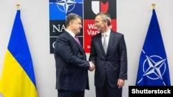 Президент України Петро Порошенко (л) та генеральний секретар НАТО Єнс Столтенберґ (ілюстративне фото)