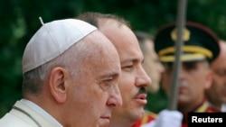 Papa Françesk afër presidentit Bujar Nishani gjatë vizitës në Shqipëri më 21 shtator 2014