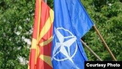 Знамиња на Македонија и на НАТО.