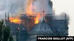 Собор Парижской Богоматери, охваченный огнем. Вечер 15 апреля 2019 года.
