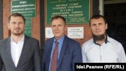 Слева - направо: адвокаты Марат Ашимов и Анатолий Пчелинцев, подсудимый Руслан Максимов