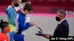 Distria Krasniqi receives her gold medal in Tokyo.