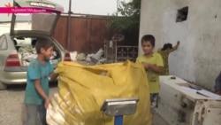 Дети заменили дворников и очищают Душанбе от мусора