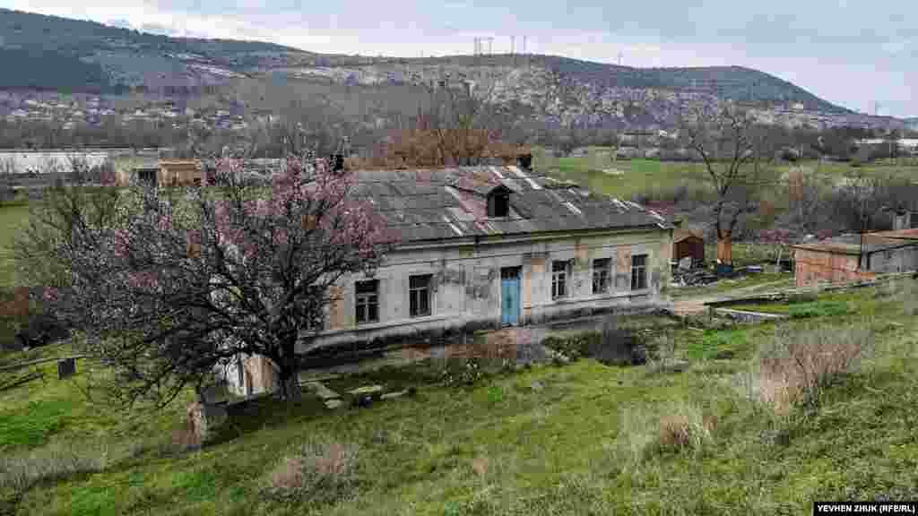 У декількох метрах від залізниці з інкерманського каменю у 1959 році побудували будинок. Зараз його двері на замку