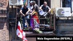 Protestatarii violenți au pătruns în sediul Tbilisi Pride și l-au distrus.
