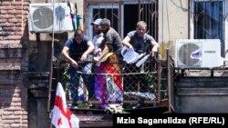 """Противници на ЛГБТ общността в Грузия нахлуват в офиса на """"Тбилиси Прайд""""."""