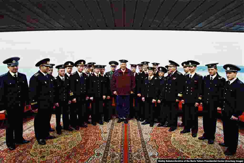 Ельцин позирует вместе с моряками на юге России весной 1995 года