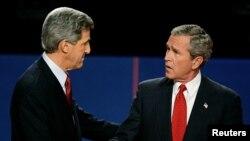 Înaintea dezbaterii electorale, George W. Bush îi strânge mâna candidatului democrat John Kerry