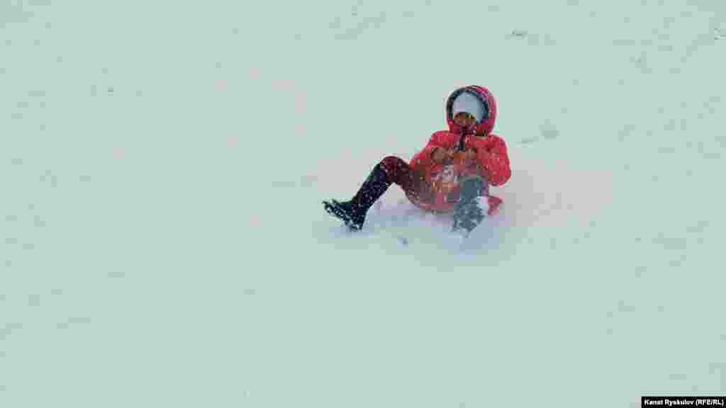 Дети будто ждали снега, лица их счастливы и беззаботны.