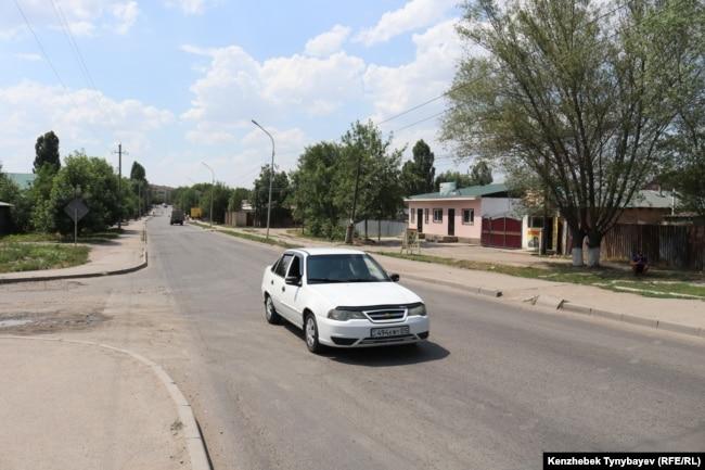 Автомобиль едет по улице в микрорайоне Шанырак. Алатауский район Алматы, 7 июля 2021 года