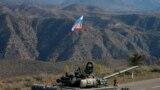 Припадник на руските мировни трупи стои покрај тенк близу границата со Ерменија откако е потпишан договор за ставање крај на воениот конфликт меѓу Азербејџан и ерменските сили во Нагорно Карабах.<br /> <br /> Повеќе од 400 руски војници од планираните 2.000 веќе се распоредија на 11 ноември како дел од обновената петгодишна мировна мисија.
