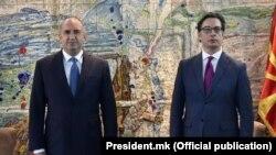 Бугарскиот претседател Румен Радев и македонскиот претседател Стево Пендаровски на средба на Меѓународниот аеродром Скопје, 26 мај 2021