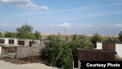 Поселок Аксу в Акмолинской области в окружении карьеров и хвостохранилищ нескольких предприятий