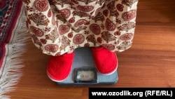В Узбекистане измеряют вес граждан.