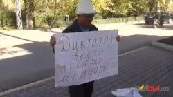 Андуруш Тактанасыраў прынёс да беларускага пасольства ў Кіргізстане камяні для Лукашэнкі