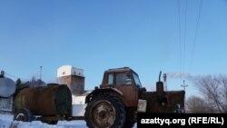 Барда құйылған цистернасы бар трактор зауыт алдында. Айдабол ауылы Ақмола облысы, 25 ақпан 2021 жыл.