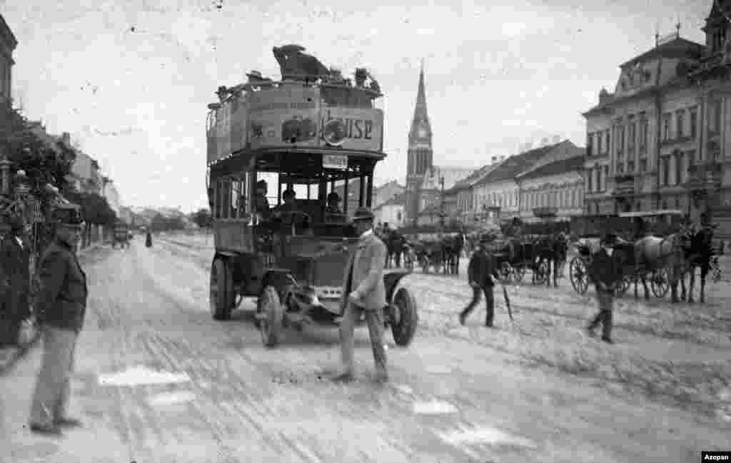 Korai emeletes busz döcög Arad utcáin 1915-ben.