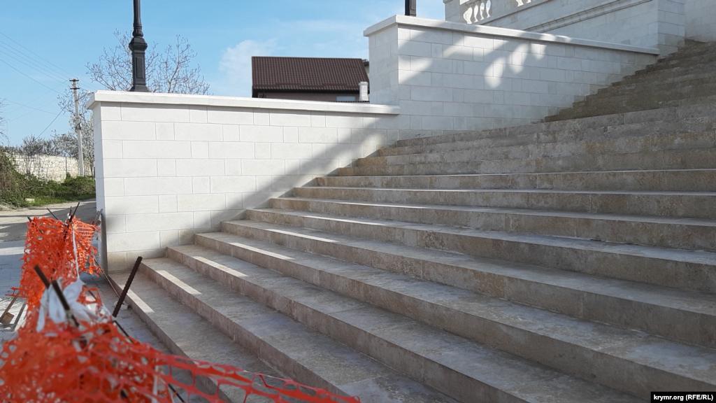 Біля підніжжя Мітридатських сходів – будівельна сітка, що виконує функцію огорожі. Прохід наверх досі закритий, це створює незручності місцевим жителям, будинки яких розташовані на схилах гори Мітридат