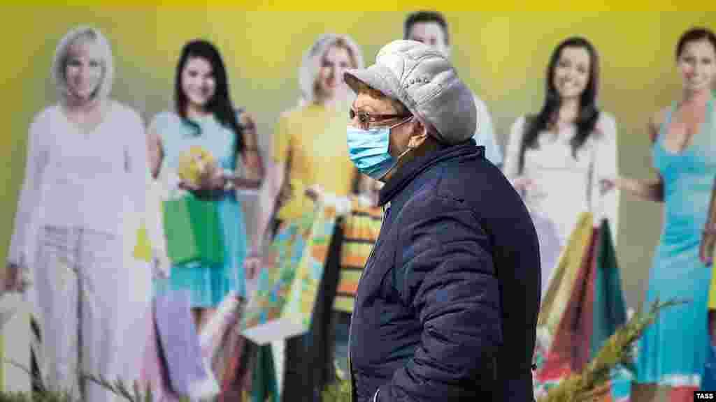Жінка в масці на одній з вулиць Сімферополя